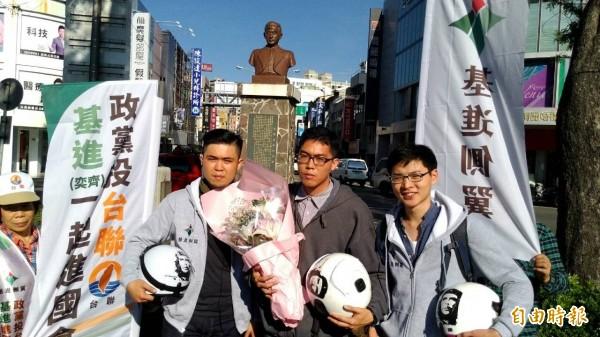 基進側翼三位年輕人到南市湯德章紀念公園,向當年為保護台灣人民、捨身取義的湯德章律師致敬。(記者王俊忠攝)