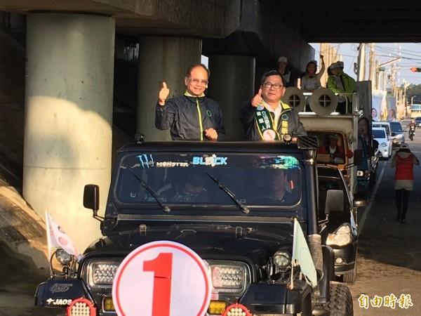 游錫堃(左)在嘉義縣山區車隊掃街挺陳明文。(記者蔡宗勳攝)