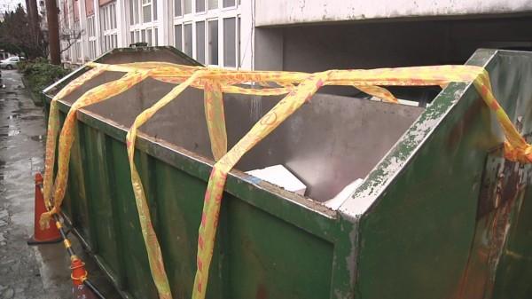 有苗栗縣府機關,今天一早在垃圾子車拉起「封鎖線」,請同仁暫停放置垃圾。(記者彭健禮翻攝)