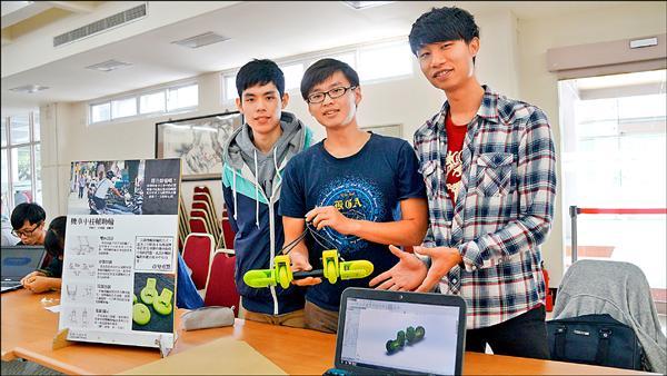 成功大學三創與設計思維成果展,學生想出「機車中柱輔助輪」的好點子幫助輕鬆牽車,讓人看見成大學生的無限創意。(圖:成功大學提供)