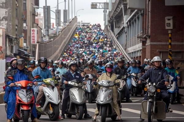 台灣的機車登記數量達1300多萬輛,平均1.71人就擁有一輛機車。(彭博)
