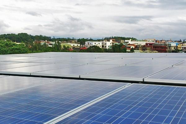 設置太陽能光電板推動綠能目標。(資料照,記者陳韋宗攝)