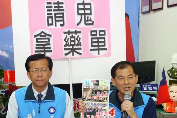王廷升(右)召開記者會,批蕭美琴邀前交通部次長何煖軒站台是「請鬼拿藥單」。(記者王峻祺攝)