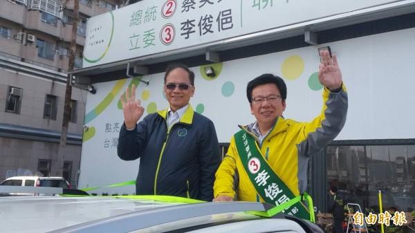 前行政院長游錫堃(左)陪同民進黨嘉義市立委候選人李俊俋(右)車隊掃街拜票。 (記者丁偉杰攝)