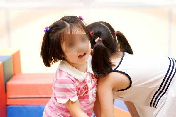 航警局賴姓警員利用同居女友外出工作之際,以教英文或幫忙洗澡等藉口,猥褻與性侵女友的一對幼女共225次,示意圖,與本新聞無關。(情境照)
