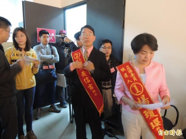 中市三選區立委候選人等待上場。(記者張軒哲攝)