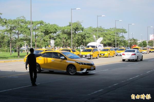 高鐵特約車隊疑因不滿警方取締雙黃線迴轉,上午集體罷駛抗議。(記者何宗翰攝)