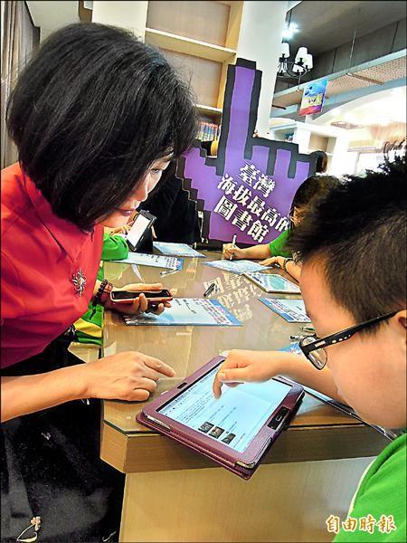 台北市長柯文哲希望花6個月,草擬「校園全面無紙化」計畫,教育局長湯志民初步構想先挑選8間試辦,最快9月展開。(記者梁珮綺攝)