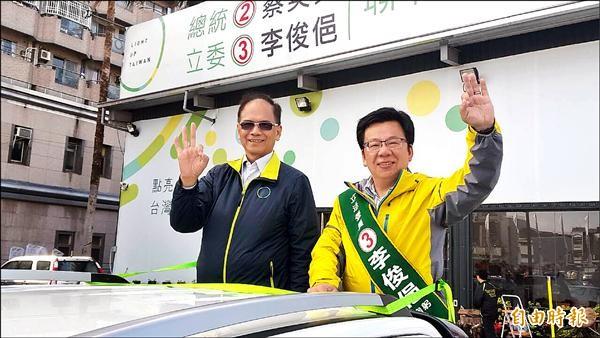 前行政院長游錫堃(左)陪同民進黨嘉義市立委候選人李俊俋(右)車隊掃街拜票。(記者丁偉杰攝)