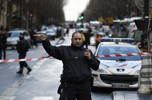 巴黎古得多發生疑似恐襲事件,一名男子遭到擊斃,警方已封鎖現場。(法新社)
