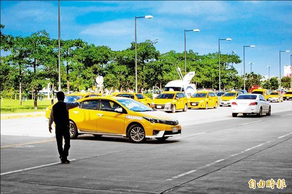 站區二路上常有計程車違規雙黃線迴轉,並且佔用外側車道,造成交通阻塞。(記者何宗翰攝)