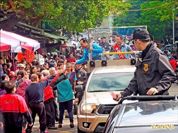 朱立倫昨到新竹縣竹東鎮,與國民黨新竹縣立委候選人林為洲一同進行車隊掃街拜票。(記者廖雪茹攝)