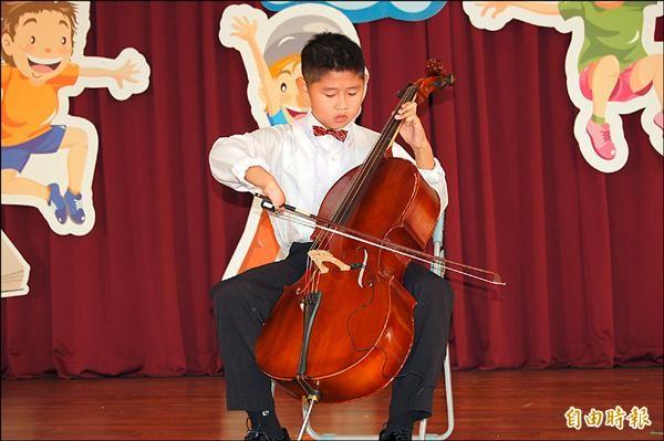 特教個人A組冠軍文元國小朱廷杰的大提琴演奏。(記者楊金城攝)