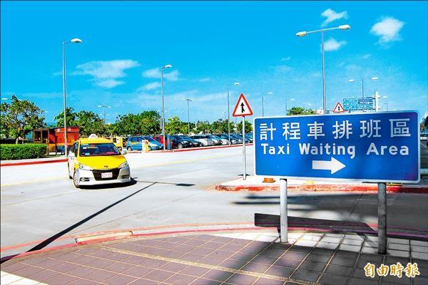 調度站和排班區之間劃設雙黃線,特約車隊盼能開缺口或畫網狀線。(記者何宗翰攝)