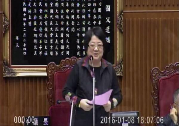 議長吳碧珠一講完就發現自己口誤,表情十分尷尬,連忙道歉。(圖擷取自Youtube)
