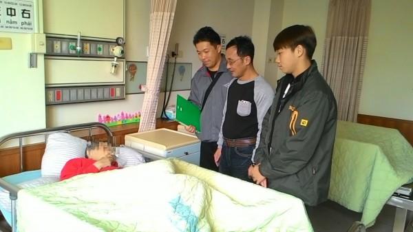 吳孟宇(右三)歷經半年時間,協助老婦找到家人。(記者林孟婷翻攝)