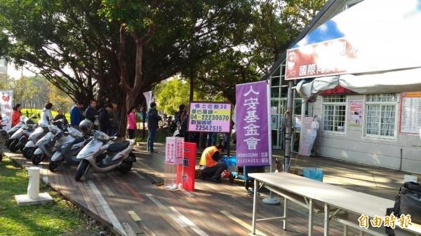 台中國際同濟會舉辦捐血,還安排單親媽媽烤地瓜販售。(記者蘇金鳳攝)