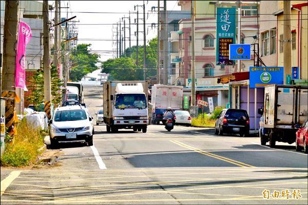 民雄工業區中華路上、下坡路段十字路口多,民眾要求設置紅綠燈。(記者蔡宗勳攝)