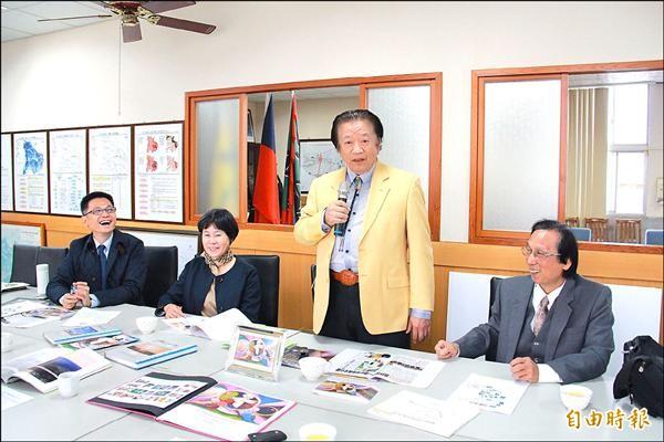 醫生藝術家施哲三博士(右二)有意回台成立美術館,埔心公所則規劃設置「海嵐藝術文化園」,帶動觀光與文化發展。(記者陳冠備攝)
