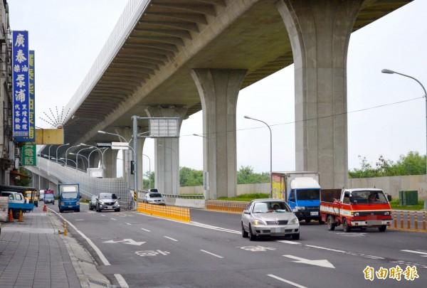 台74線快速道路大里德芳南路匝道,交通局近日拆掉防撞桿開放右轉,並在平面道路加設紅綠燈,讓塞車情況大幅改善。(記者陳建志攝)