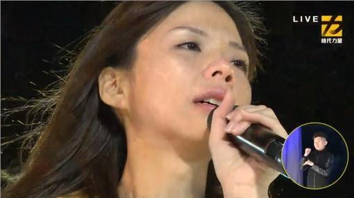 洪慈庸高呼「感謝台灣人民醒過來,正在改變台灣」,也呼籲民眾監督她,勿忘初衷。 (圖擷取自Youtube)