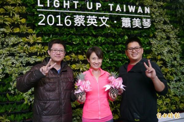 青年農友楊泰昌(右一)及黃元志(左一)今天上午送給民進黨立委候選人蕭美琴兩顆鳳梨花,助綠營最終選戰一定能夠「開花結果」。(記者王峻祺攝)