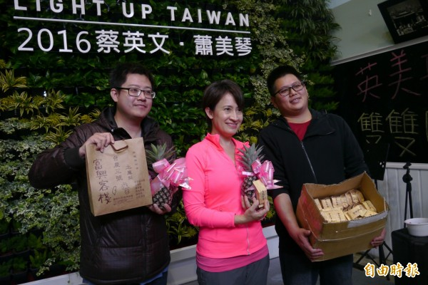青年農友楊泰昌(右一)及黃元志(左一)親自送上2顆鳳梨花及自製的168塊鳳梨酥,助蕭美琴「一路發」,旺到16日高票當選。(記者王峻祺攝)