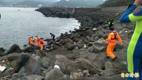 40歲王姓男子與友人在新北市瑞芳區海域潛水抓魚,不幸溺水,海巡人員搶救中。(記者林嘉東翻攝)