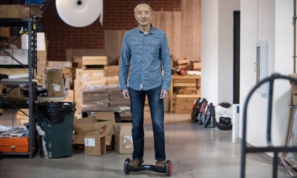 發明懸浮滑板的華裔發明家坦言並未賺錢,中國山寨工廠的仿冒品便宜又太多。(圖擷取自《衛報》)