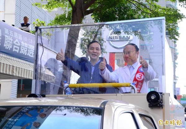 國民黨朱立倫一大早就來到台南掃街拜票。(記者吳俊鋒攝)