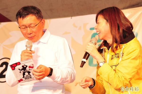 柯文哲希望洪慈庸能將「柯文哲現象」擴大,讓台灣的政治能夠脫離藍綠惡鬥的泥沼,社會價值往好的方向發展。(記者李忠憲攝)