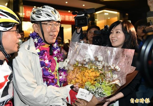 台北市長柯文哲挑戰一日雙城的片段放上臉書直播,吸引許多民眾觀賞。(記者張忠義攝)