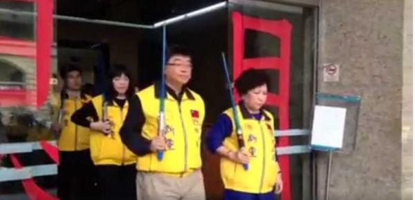 新黨推出全新宣傳影片,只見前立委邱毅(左)、前警大教授葉毓蘭(右)等人,拿著星際大戰電影中的光劍,呼籲大家把政黨票投給新黨。(圖擷自新黨打假除亂臉書)