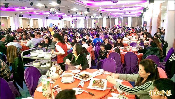 桃園律師公會席開92桌邀家扶兒圍爐,每戶發2千元紅包。(記者李容萍攝)
