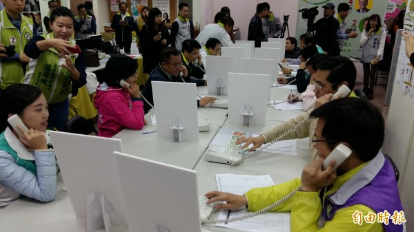 各區候選人親上火線電話拜票,一一向選民懇託,尋求支持。(記者賴筱桐攝)
