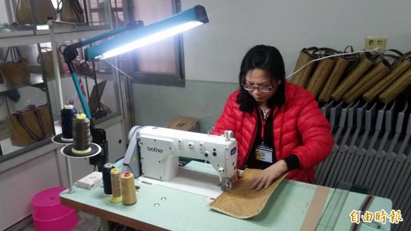 社區媽媽縫製藺草包,手藝精湛。(記者楊金城攝)