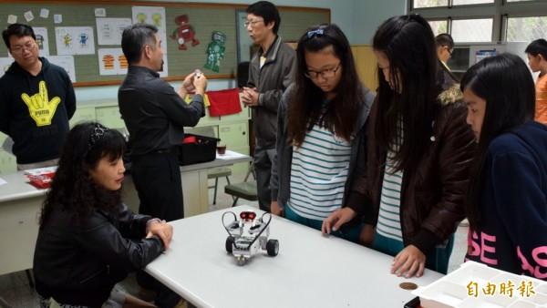 竹門國小機器人課程引發學生高昂學習興趣,吸引嘉義縣教育團體來訪交流。 (記者王涵平攝)