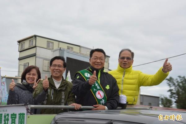 游錫堃陪同立委候選人陳歐珀掃街拜票。(記者朱則瑋攝)