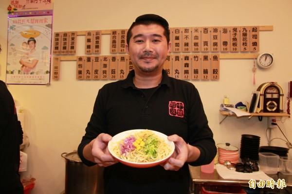 涼麵店老闆羅國中,在竹南賣涼麵、關東煮已有9年多。(記者鄭鴻達攝)