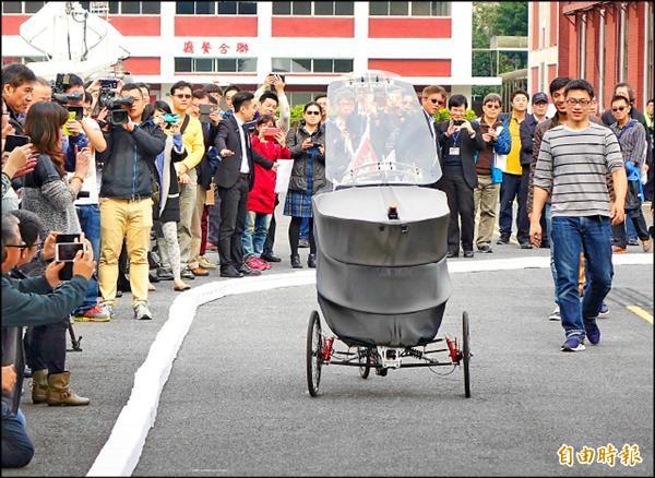 由美國MIT媒體實驗室與資策會共同合作研發的全球首輛輕型無人智慧車,研發團隊的主要靈魂人物林家樑(右)來自台灣。(記者張嘉明攝)