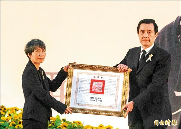 馬英九總統頒褒揚令給病逝的科學月刊創辦人林孝信,由林的遺孀陳美霞代表接受。(記者王俊忠攝)