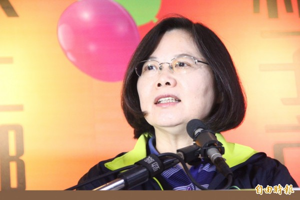 美國《富比士》雜誌分析台灣選民在此次大選的5大特殊心態。分析指出,民進黨總統候選人蔡英文上次大選曾遭質疑女人是否能統帥三軍,不過這次大選沒有這樣的聲浪。(記者林宜樟攝)