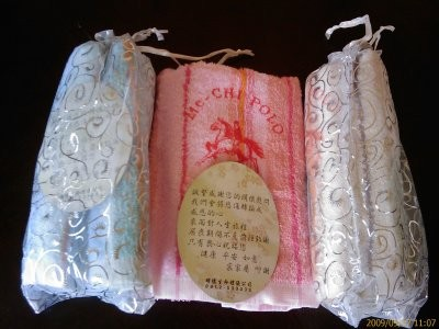 喪禮送毛巾,除了是讓親友拭淚、擦汗,也有另一種說法,指台語的「長巾」與「斷根」發音相同,表示一切不好的事物與厄運到此為止。(擷取自網路)
