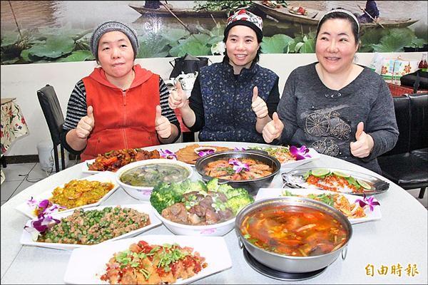 匡賽琴(右)和妹妹一起在基隆開泰式料理店,頗受好評。(記者林欣漢攝)