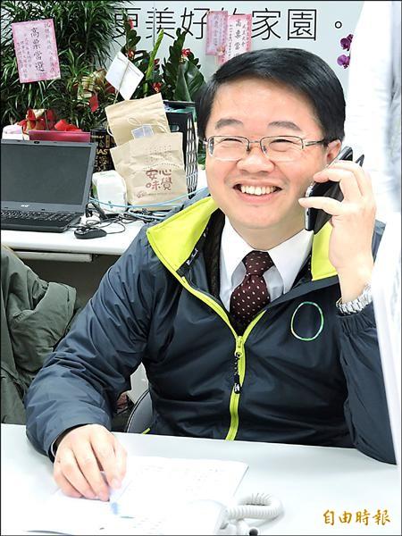 第四選區立委候選人吳秉叡親自打電話向選民懇託。(記者賴筱桐攝)