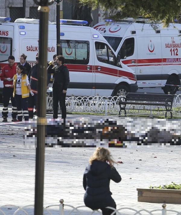 目前已知爆炸案造成至少10死15傷,現場有遭波及的旅客躺臥在地。(路透)