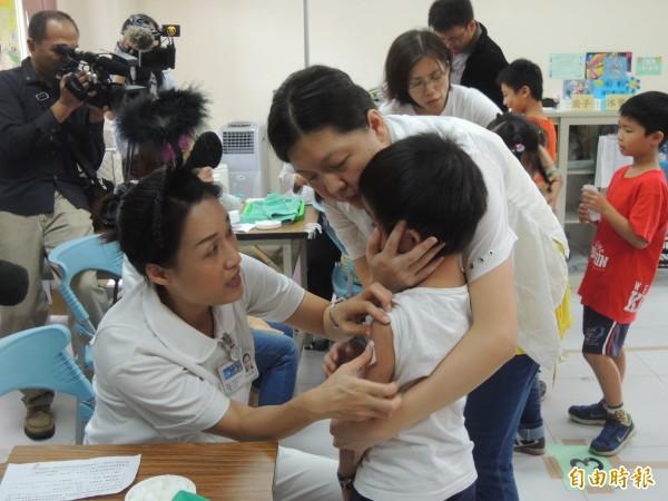 衛福部疾管署今日公布北部一名男嬰,出現發燒等類流感症狀,檢查確認為流感,當天中午肺炎併發敗血症宣告不治,呼籲民眾接受疫苗接種。(資料照,記者廖雪茹攝)