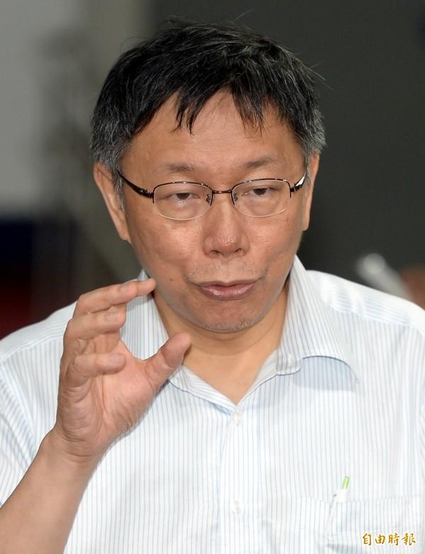台北市長柯文哲今下午至寶島新聲廣播電台受訪,談到民進黨總統候選人蔡英文若當選兩大難題,柯認為其一是經濟、其二是中國。(資料照,記者林正堃攝)