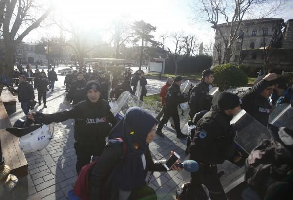 爆炸案發生後警方已緊急疏散民眾並拉起封鎖線,歐盟也對亡者表示哀悼並祈求傷者早日康復。(路透)
