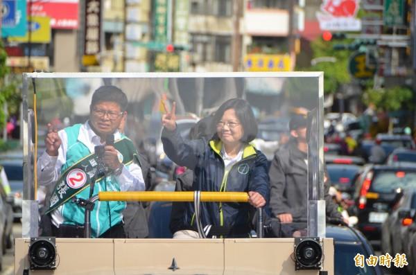 蔡英文今上午前往南投中興新村出席「海外返鄉、點亮台灣」記者會,並到南投縣草屯鎮跟隨車隊中掃街拜票。(記者陳鳳麗攝)